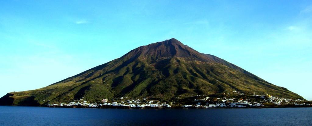 Visitez le Stromboli, un des plus beaux volcans du monde.